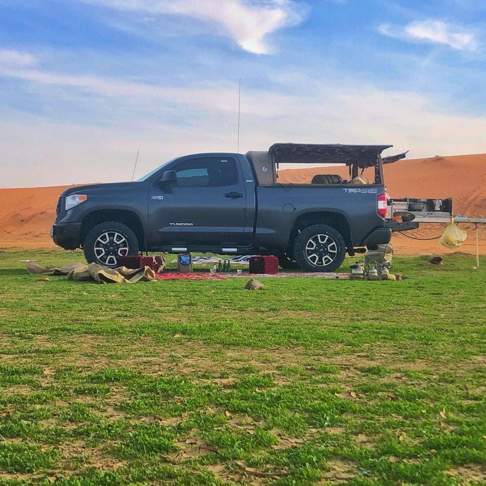 بالصور.. رمال ذهبية في صحراء سعودية تتحول إلى متنزهات
