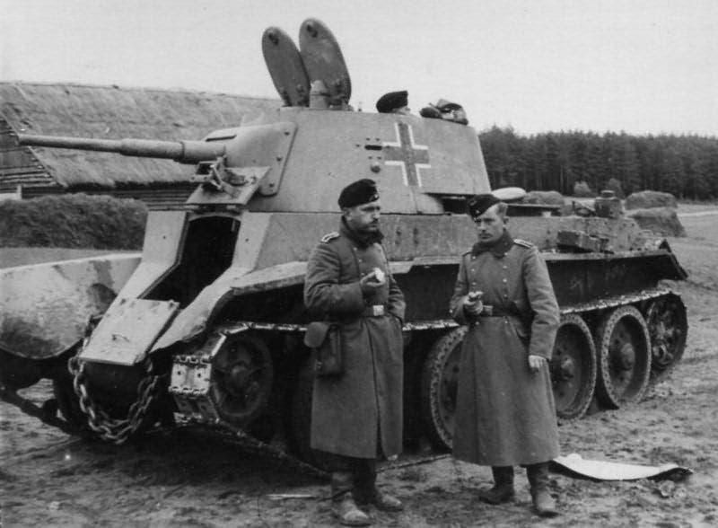 صورة لدبابة بي تي 7 وقعت في قبضة الألمان