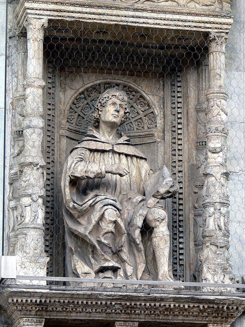 تمثال بكاتدرائية مدينة كومو بإيطاليا يجسد المؤرخ والكاتب بليني الأكبر
