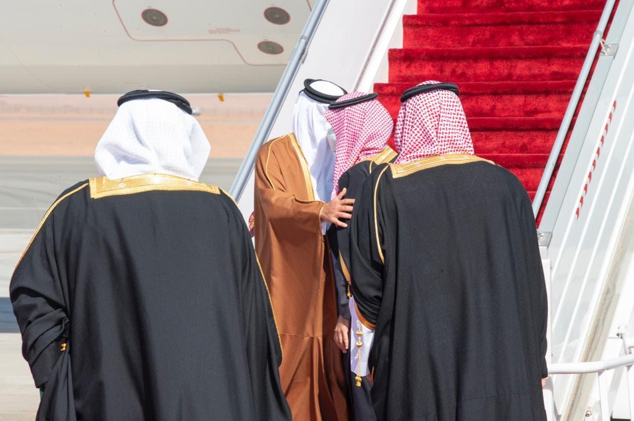 لحظة استقبال ولي العهد السعودي لأمير قطر الشيخ تميم