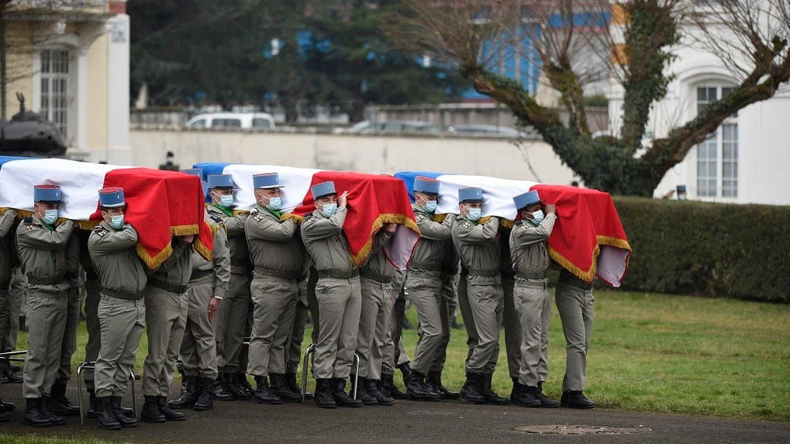 Servicemen of the '1st Hunter Regiment carry the coffins of three French soldiers who were killed in Mali serving in the country's 'Barkhane force' during a tribute ceremony at Thierville-sur-Meuse, eastern France, on January 5, 2021. (AFP)