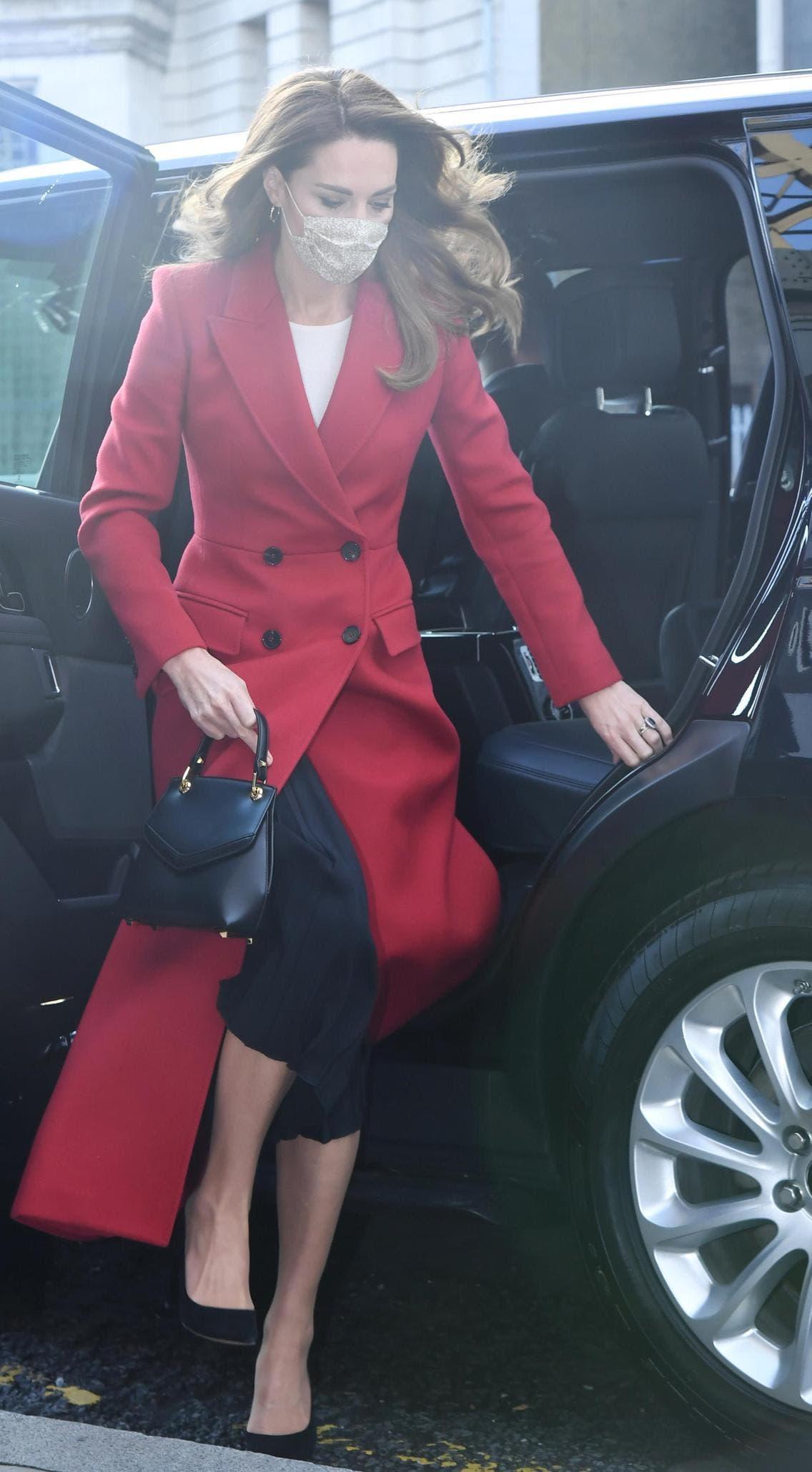 كايت بمعطف أحمر من ألكسندر ماكوين ارتدته فوق تنورة من ماسيمو دوتي