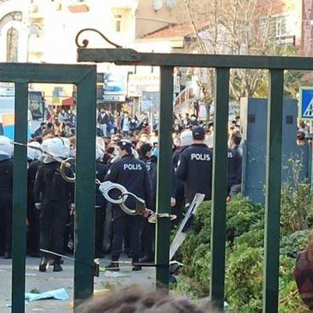 """""""نكبة في تاريخ تركيا"""".. غضب بسبب إغلاق أبواب جامعة بالكلبشات"""