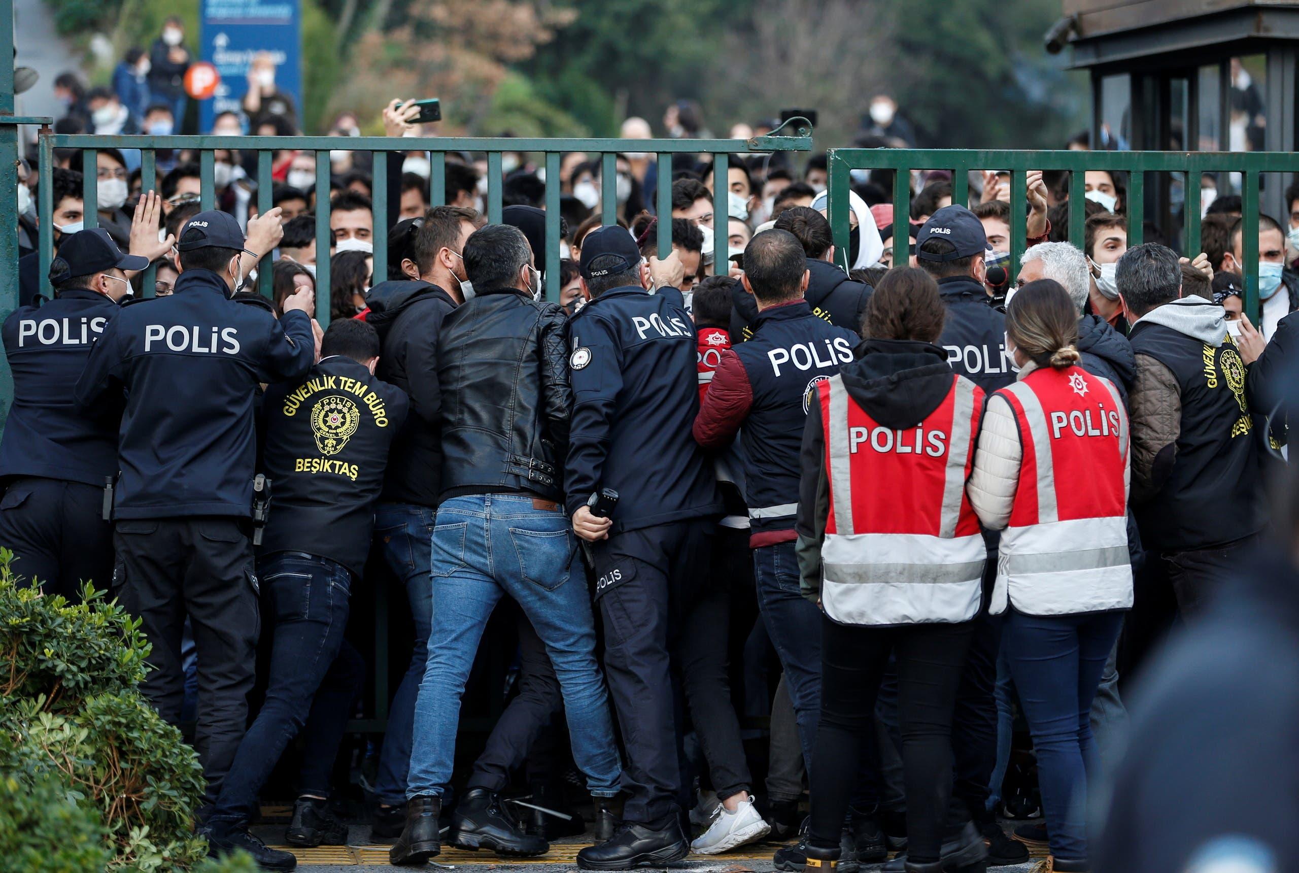 از تظاهرات مقابل دانشگاه بسفر در استانبول