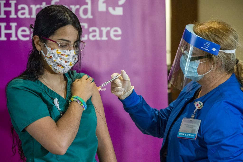 ممرضة تتلقى تطعيم كورونا في أميركا - فرانس برس
