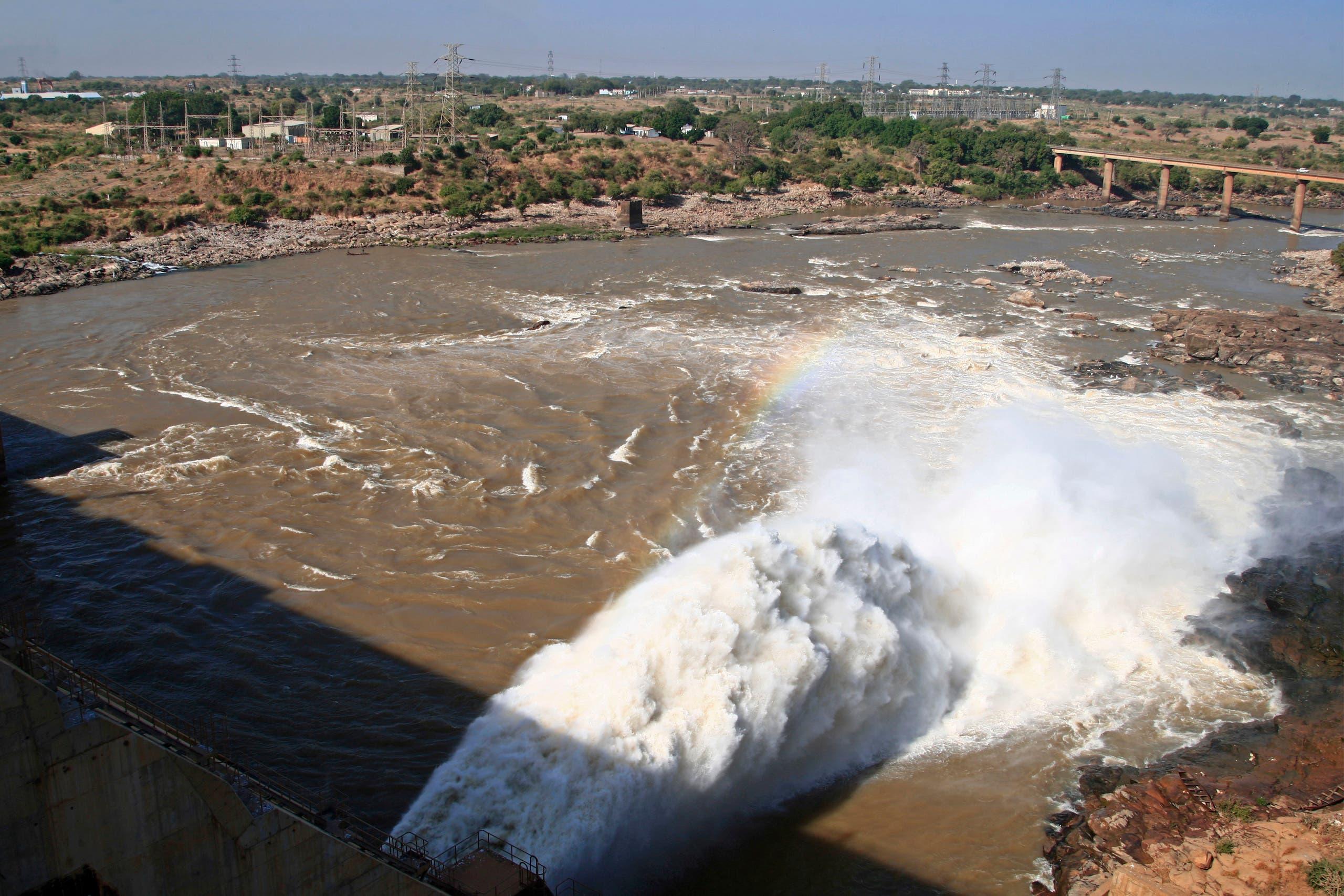 صورة تظهر تدفق المياه من سد الروصيرص على نهر النيل الأزرق عند الدمازين جنوب شرقي السودان (أرشيفية من فرانس برس)