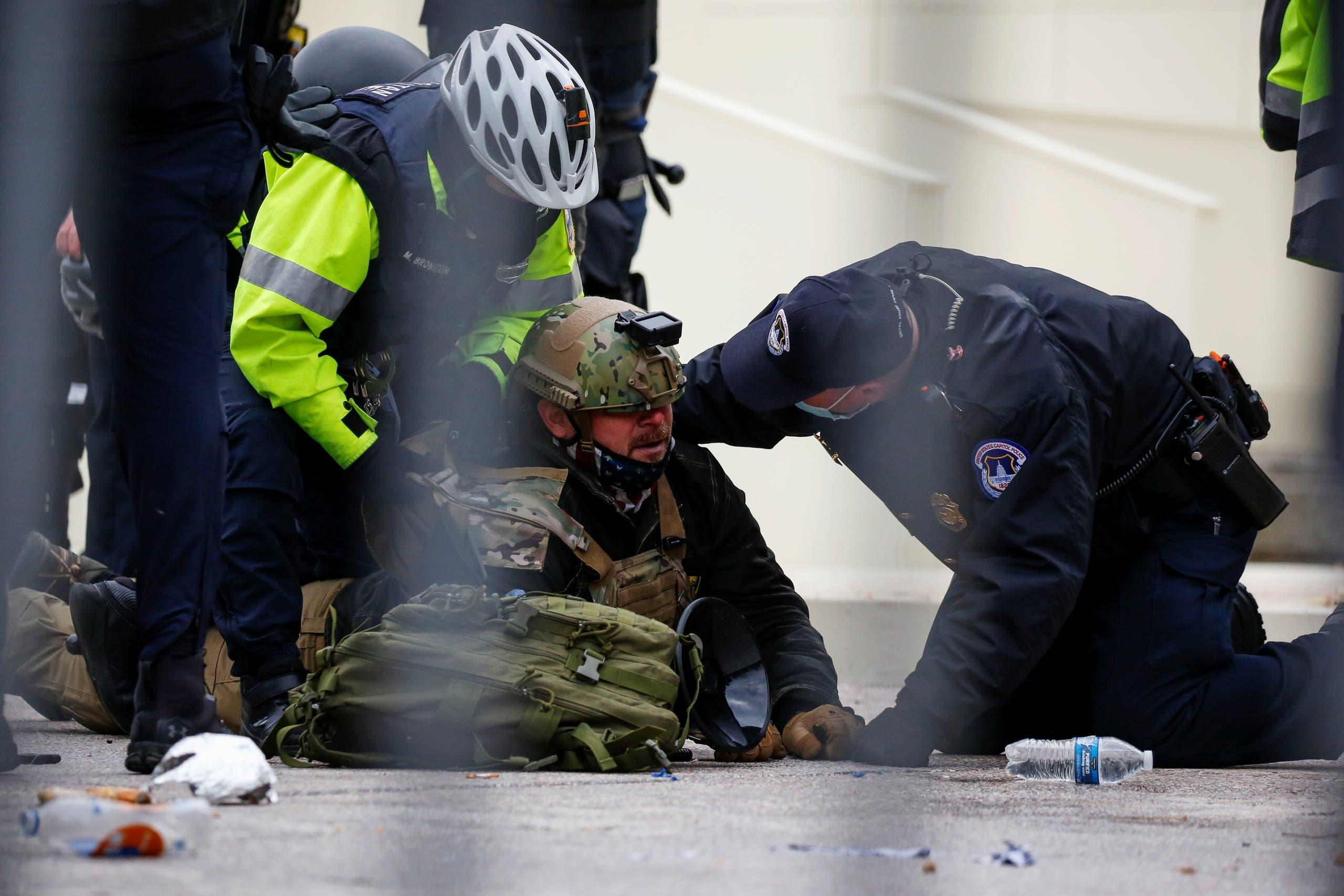 إصابة شرطي بأعمال الشغب في محيط الكابيتول (رويترز)