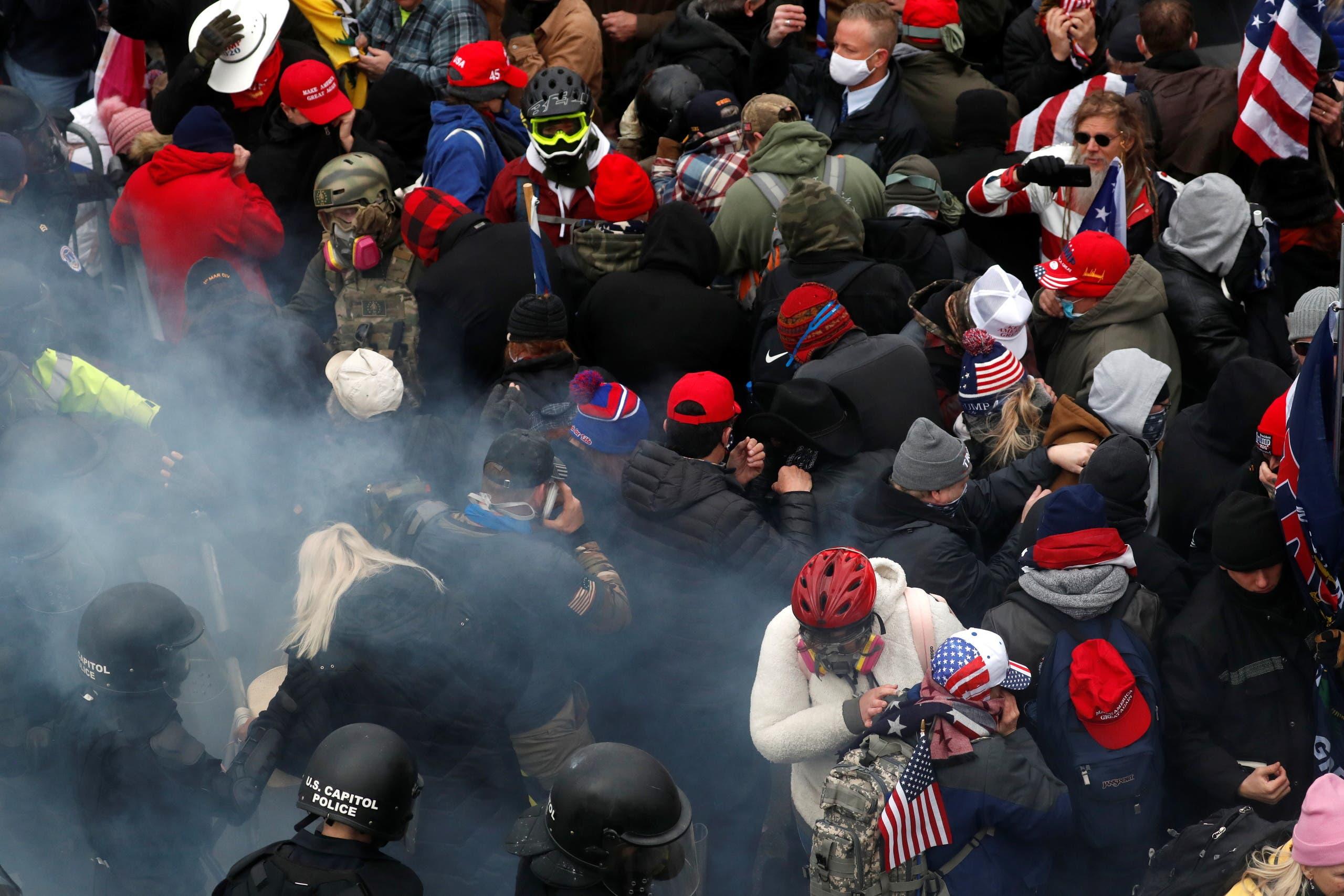 أنصار ترمب أمام مبنى الكابيتول يوم 6 يناير