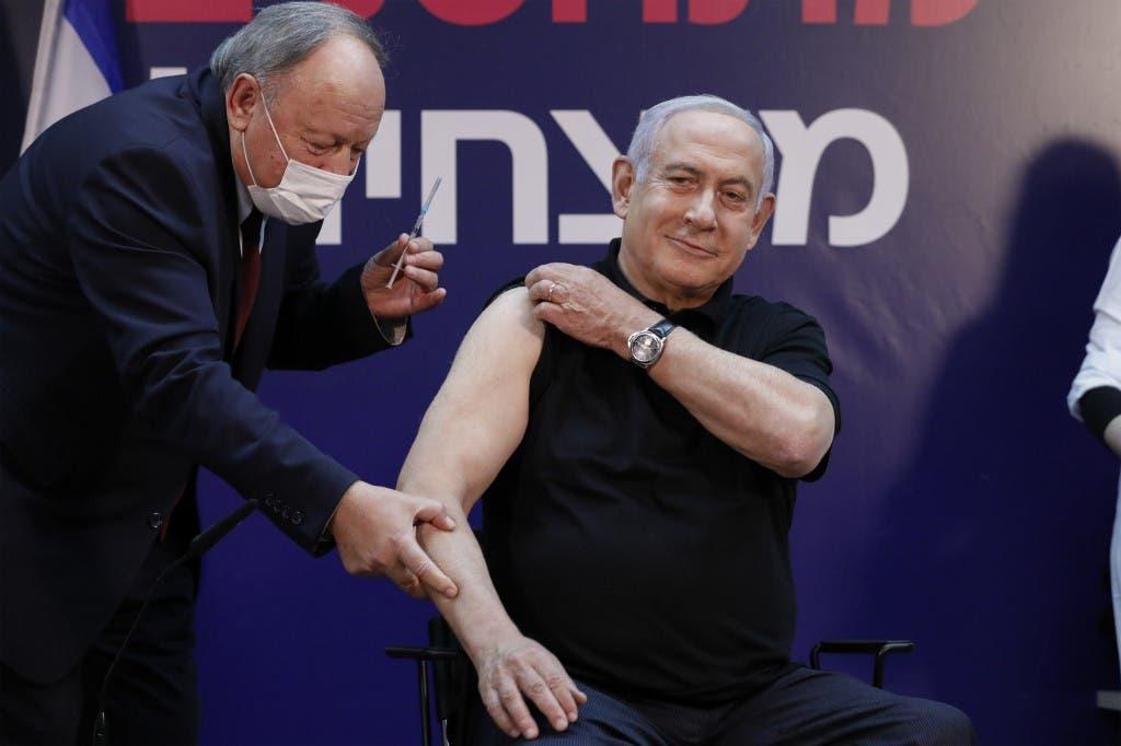 بنيامين نتنياهو لحظة تلقيه اللقاح ضد كورونا في إسرائيل -فرانس برس