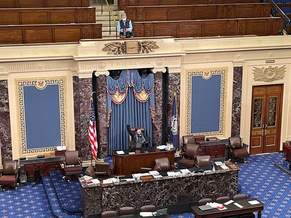 واحتل الزميل الطاولة وجلس مكان رئيس الكونغرس