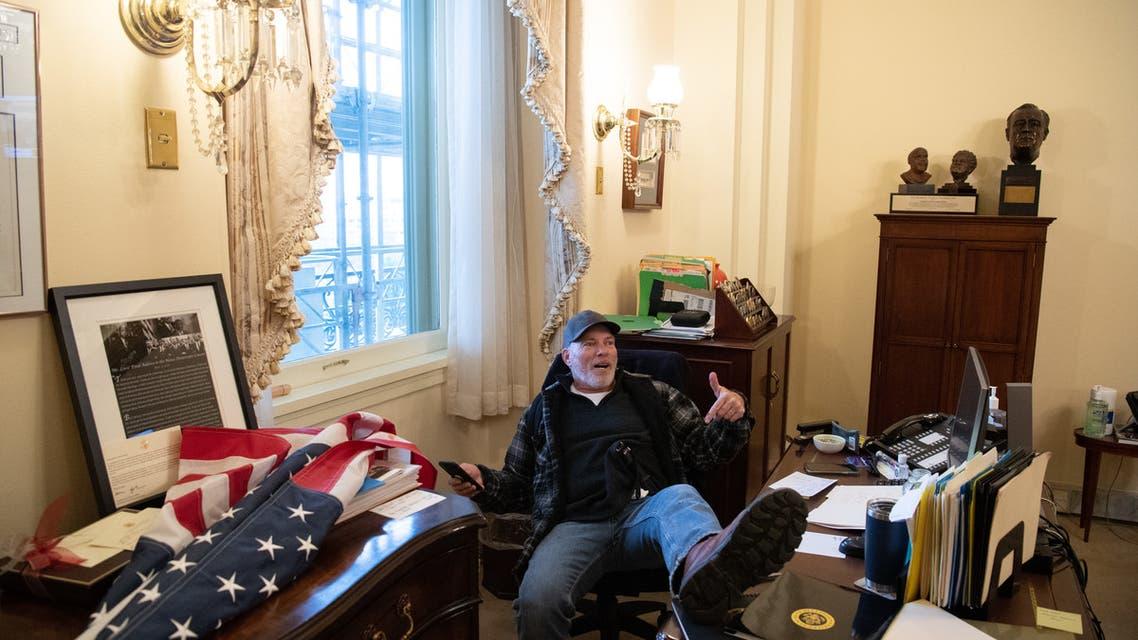 أحد أنصار ترمب داخل الكونغرس(أ{شيفية- فرانس برس)