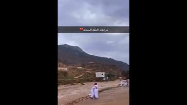فيديو مؤثر.. سعودي ينقذ طفلاً جرفته السيول في عسير
