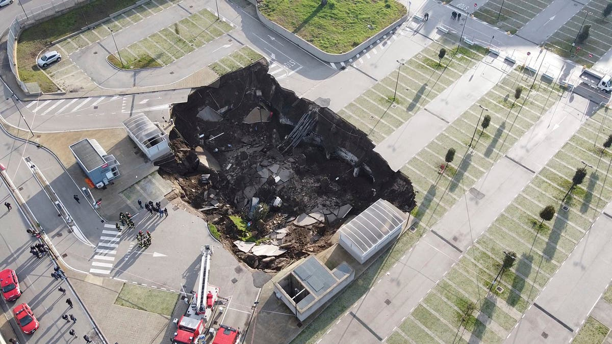 Giant sinkhole consumes cars in Naples hospital parking lot thumbnail