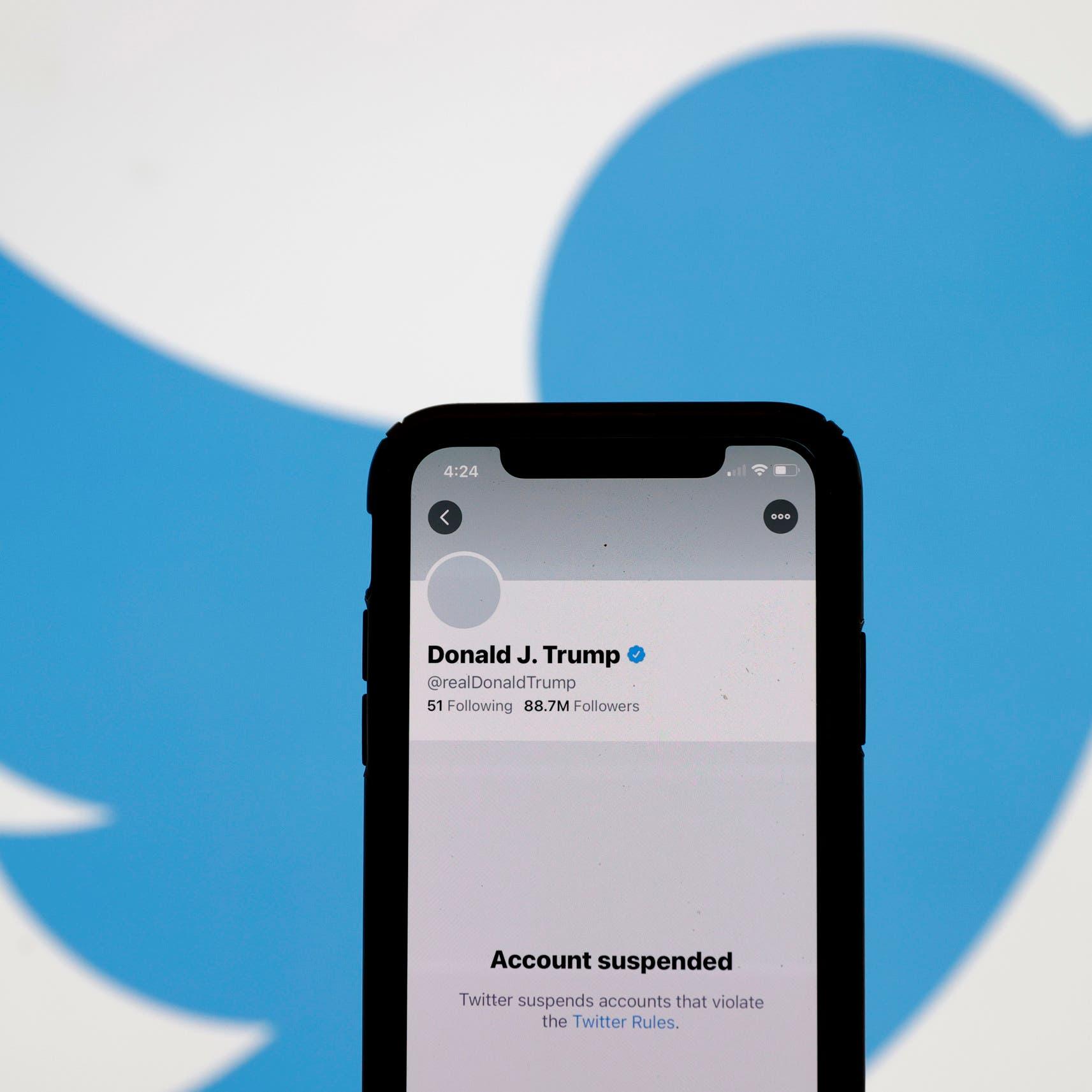 منصته الأحب خذلته.. تويتر يوقف حساب ترمب الشخصي نهائياً
