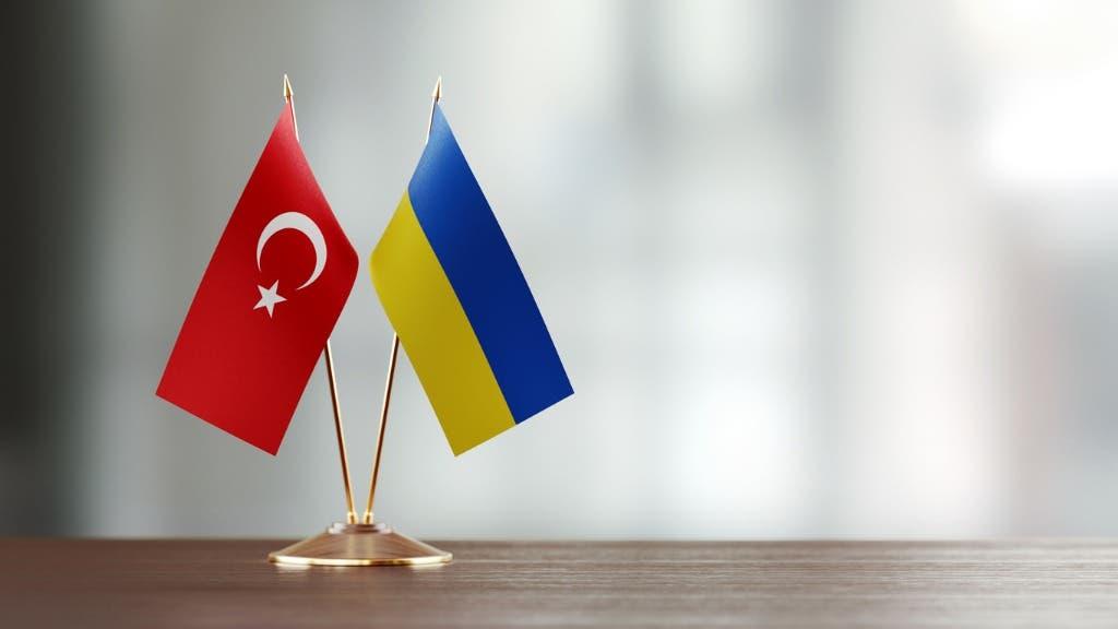 أعلام تركيا وأوكرانيا (istock)