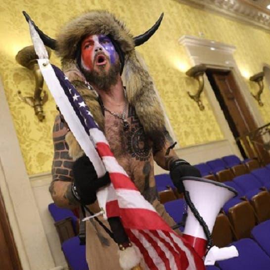 """اعتقال """"ذو القرنين"""" وزميله سارق منصة بيلوسي يوم غزو الكونغرس"""