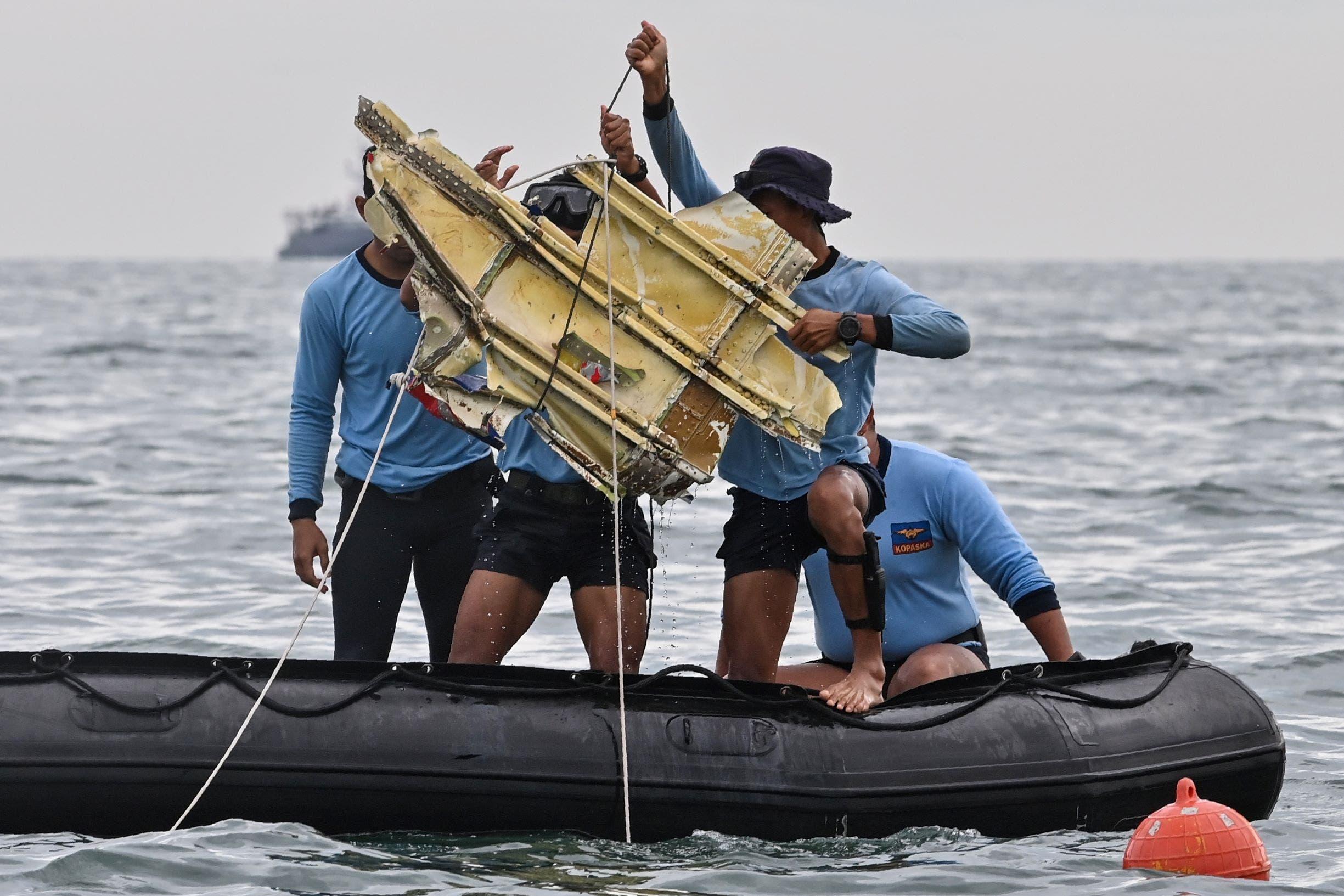 فريق البحث ينتشل حطام من الطائرة المنكوبة- إندونيسيا