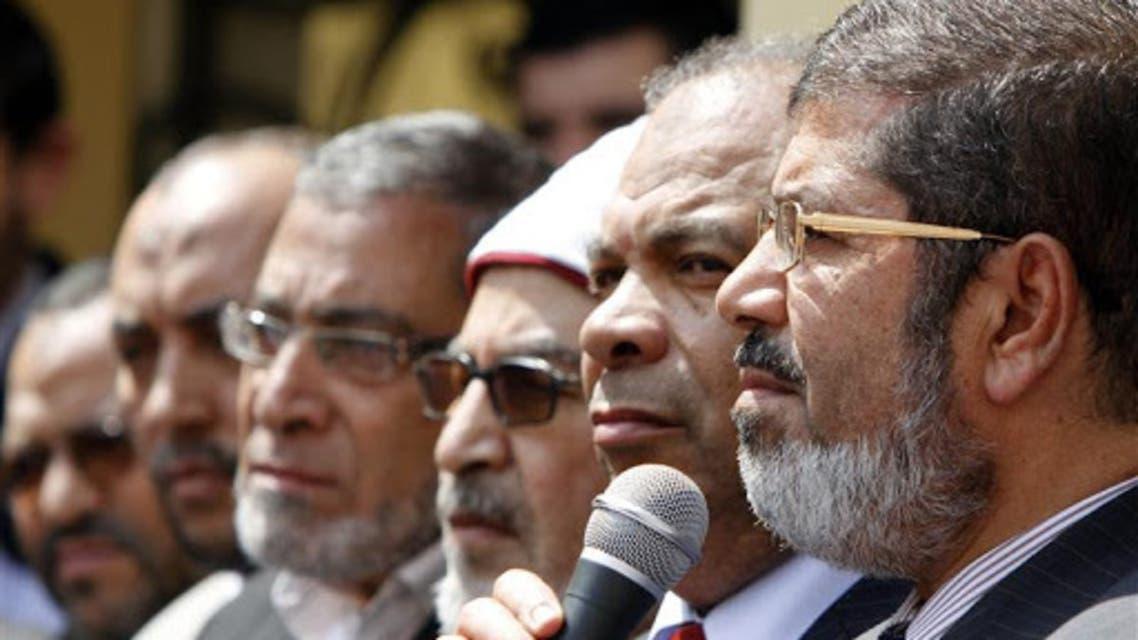 الرئيس الإخواني المخلوع محمد مرسي وقيادات الإخوان إلى جانبه