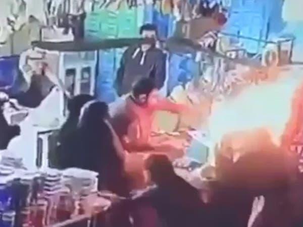 """هكذا أنقذ سعودي متسوقين بعد اندلاع النار في """"مقود غاز"""""""