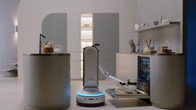 روبوت يغسل الصحون ويكنس المنزل ويصب المشروبات