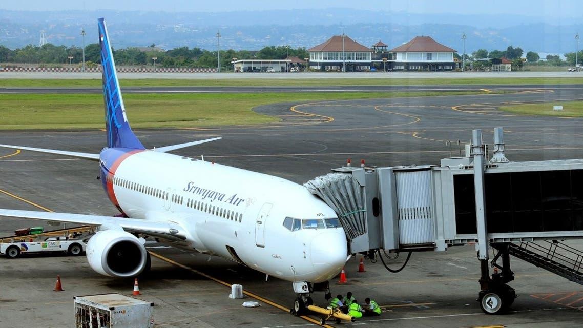 A Sriwijaya Air plane loads passengers at Denpassar international airport in Bali. (File photo: Reuters)