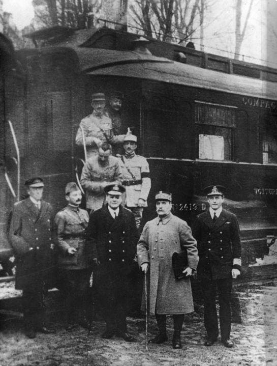 صورة للجنرال فوش ومرافقيه عقب التوقيع على الهدنة