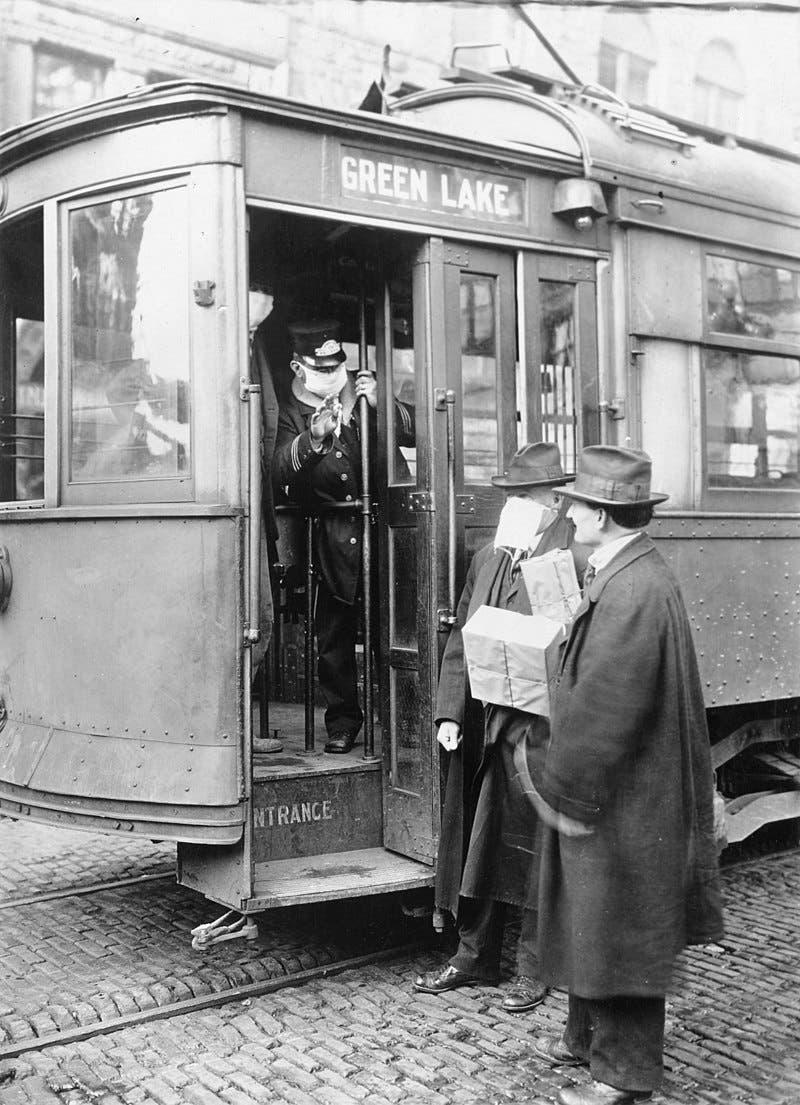 صورة لعامل الحافلة بمدينة سياتل الأميركية وهو يمنع رجلا من الصعود بسبب عدم ارتدائه قناع الشاش