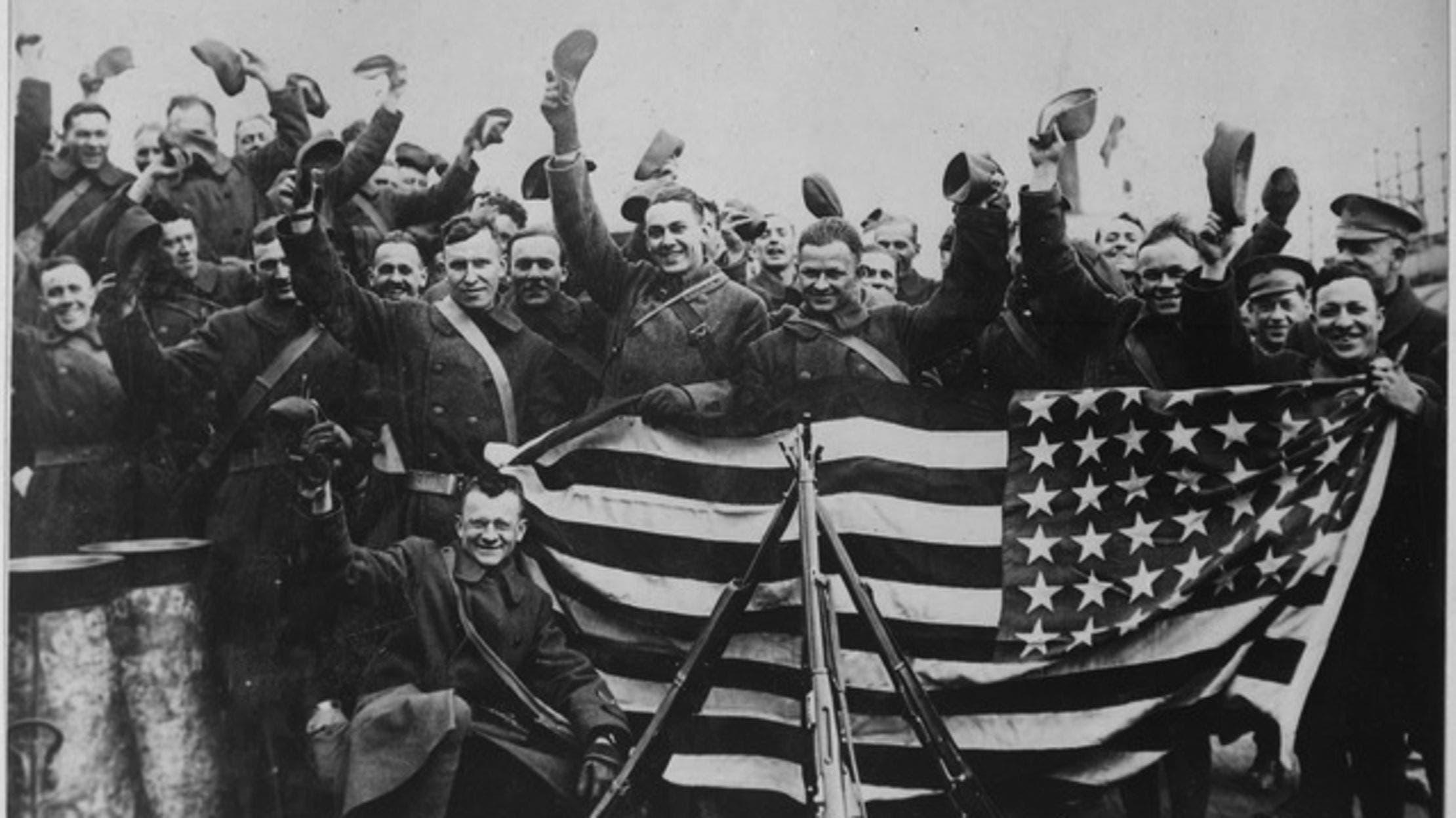 جنود أميركيون أثناء احتفالهم بنهاية الحرب العالمية الأولى