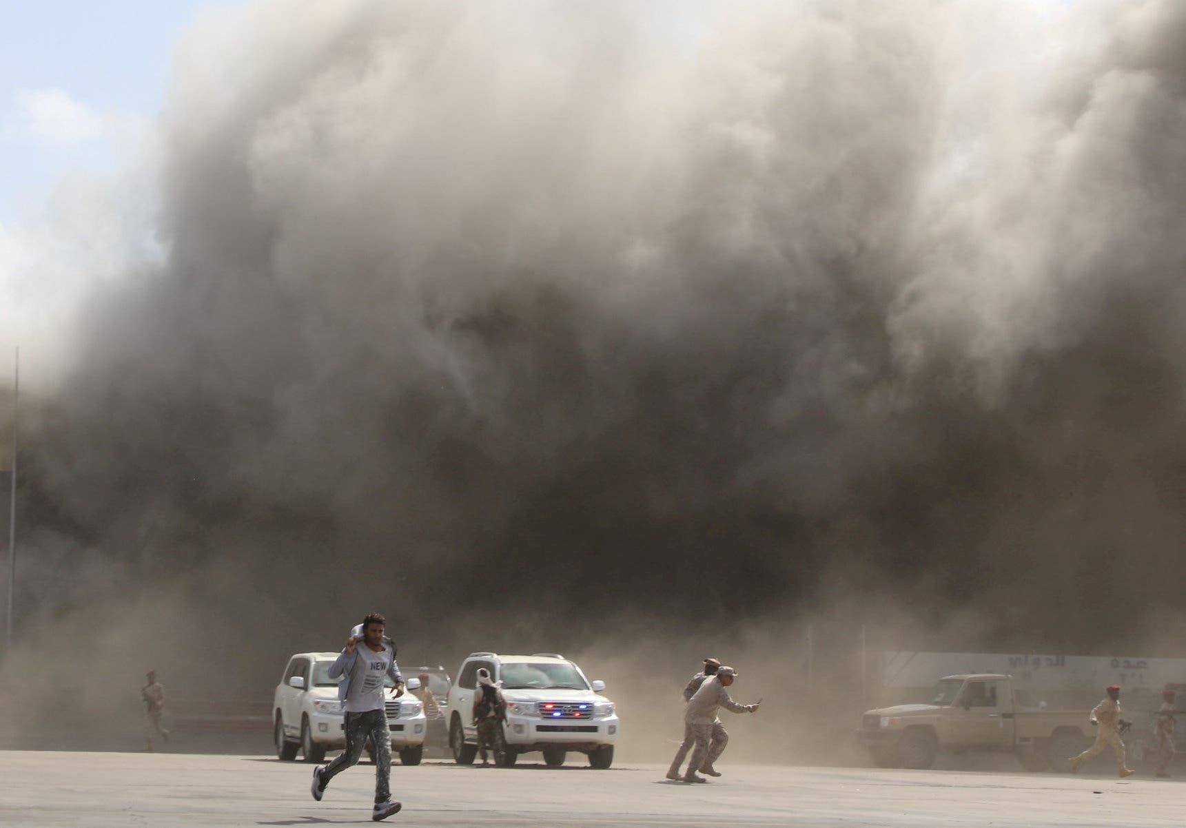 لحظة وقوع الهجوم في مطار عدن