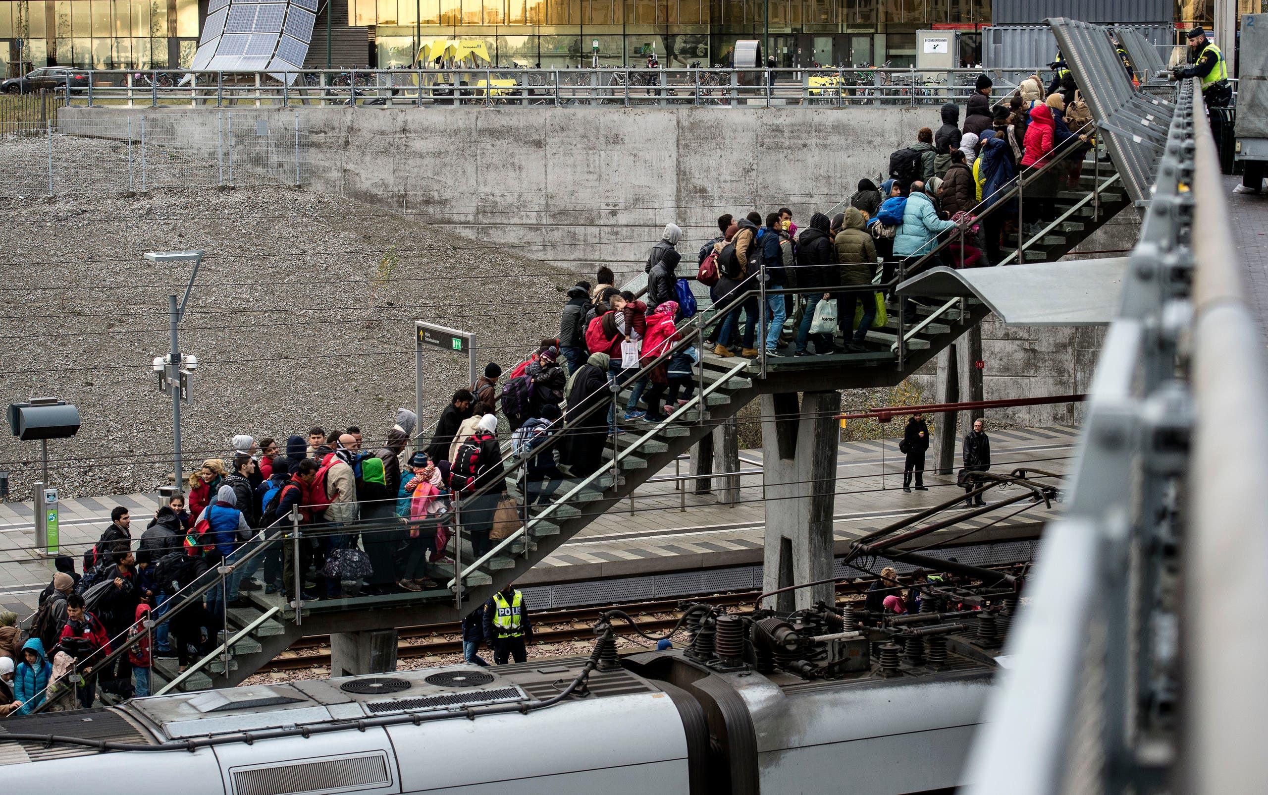 مهاجرون يغادرون الدنمارك متوجهين للسويد خلال موجة الهجرة التي شهدتها أوروبا في 2015