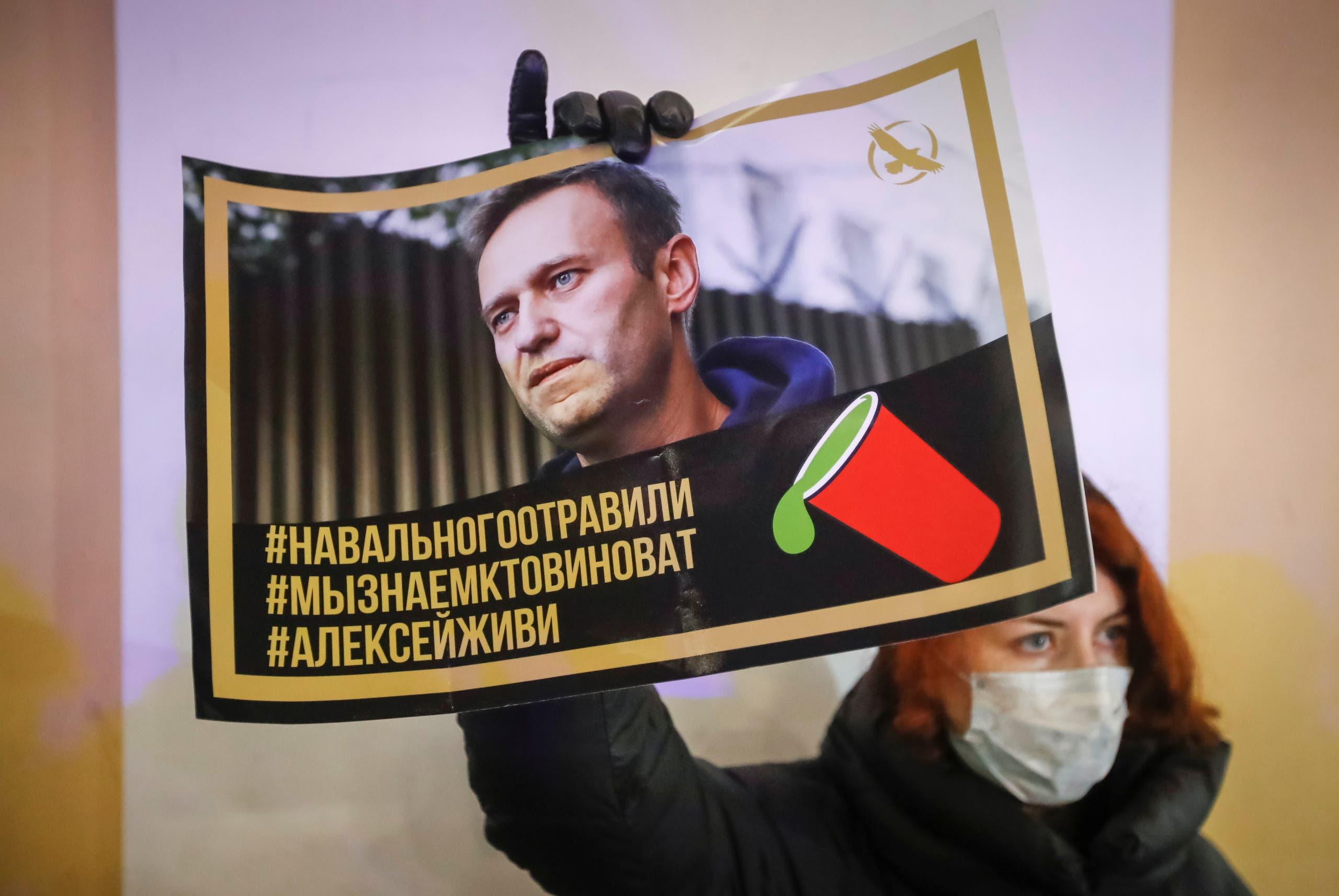 مناصرة لنافالني ترفع صورته في سان بطرسبرغ في ديسمبر الماضي