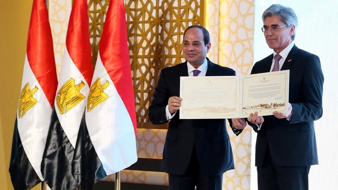 Egyptian President Abdel Fattah Al Sisi (L) and Joe Kaeser, chief executive of German engineering group Siemens. (Reuters)