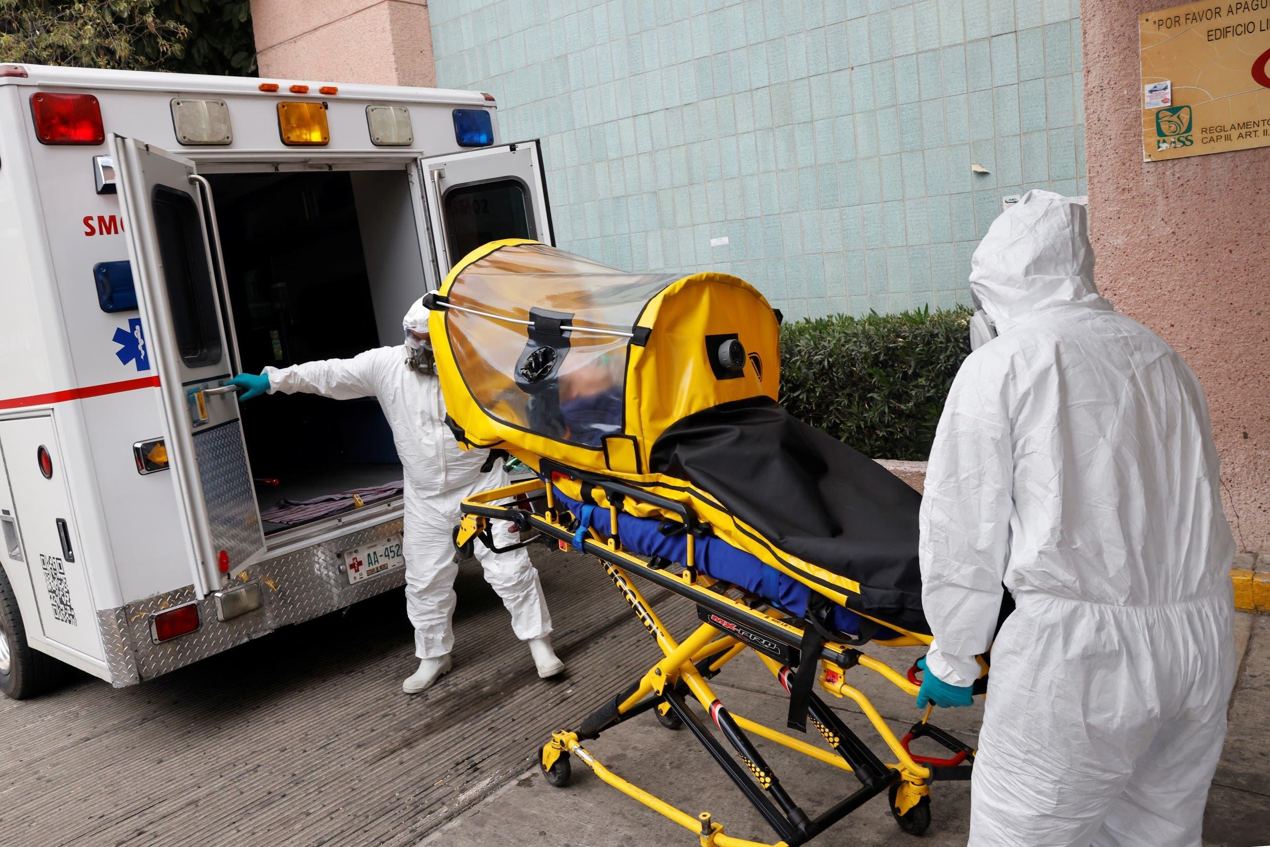 نقل مصاب بكورونا إلى المستشفى في المكسيك