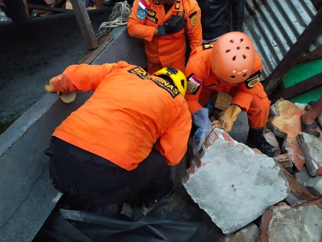 تیم های امداد و نجات در تلاشند تا بازماندگان را در زیر آوار پیدا کنند