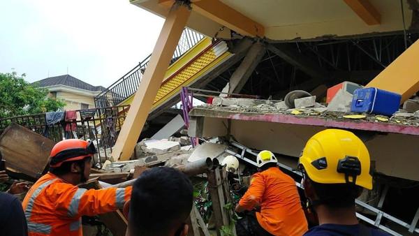 انڈونیشیا میں زلزلہ : 26 افراد ہلاک ، زمین بوس ہسپتال کے ملبے میں متعدد افراد محصور