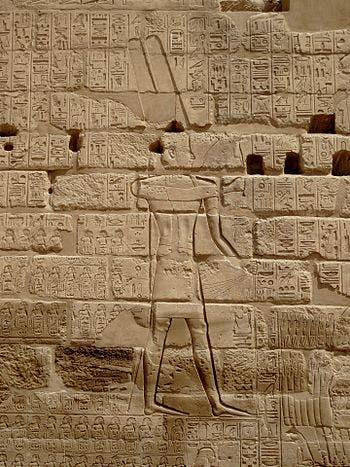 La imagen del rey Shi Sheng en el templo de Karnak
