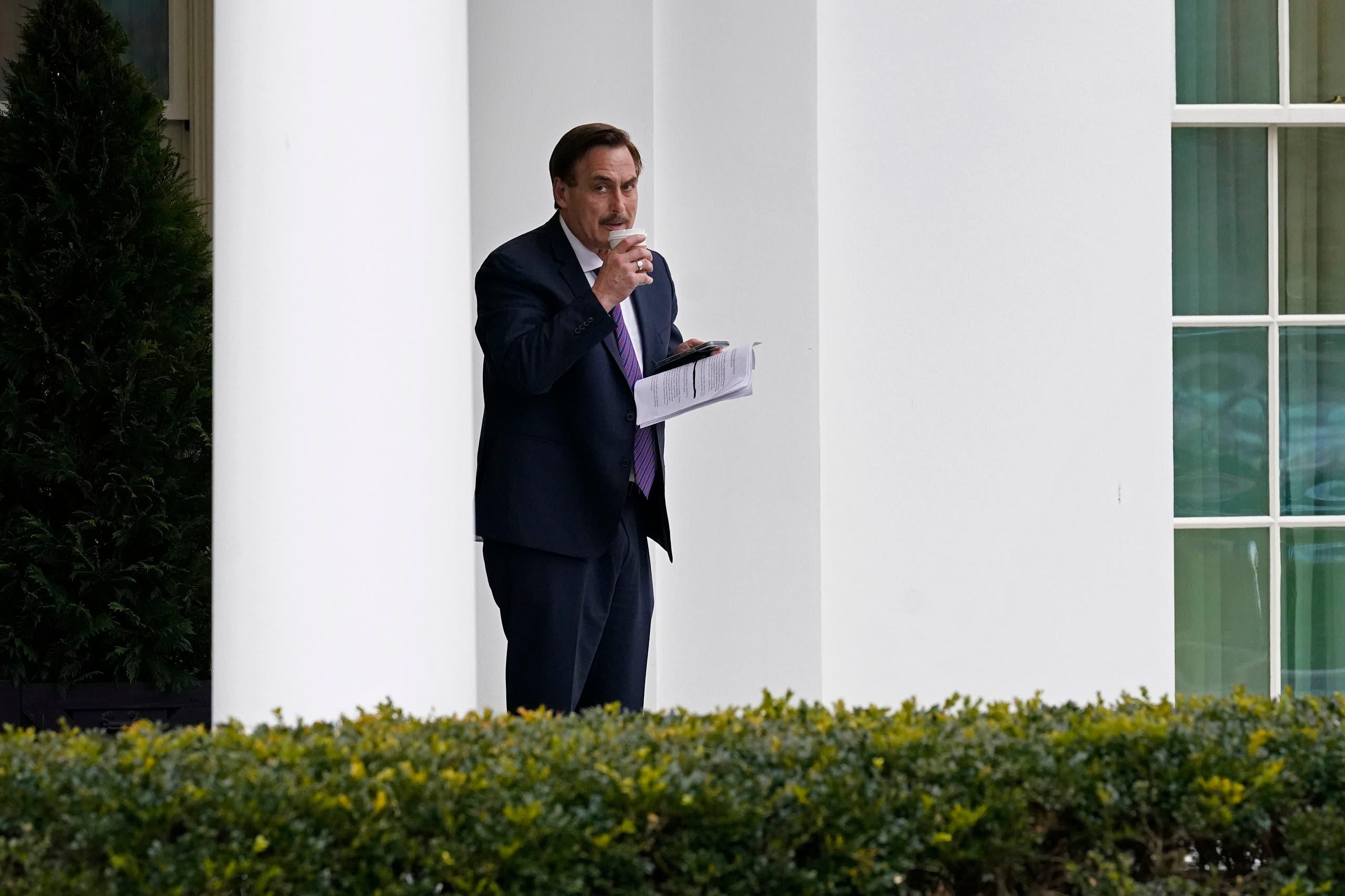 ليندل ينتظر في البيت الأبيض وفي يده ورقة ملاحظات