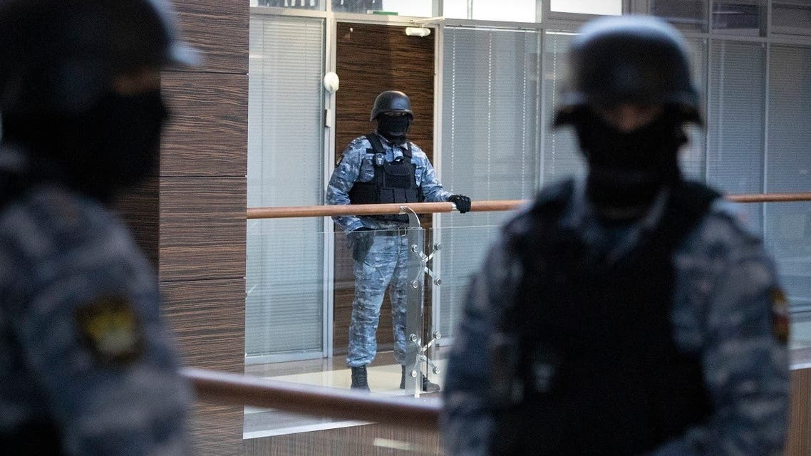 Security officers standing guard at the Alexei Navalny's Foundation for Fighting Corruption office in Moscow, Russia, Thursday, Nov. 5, 2020. (AP/Pavel Golovkin)