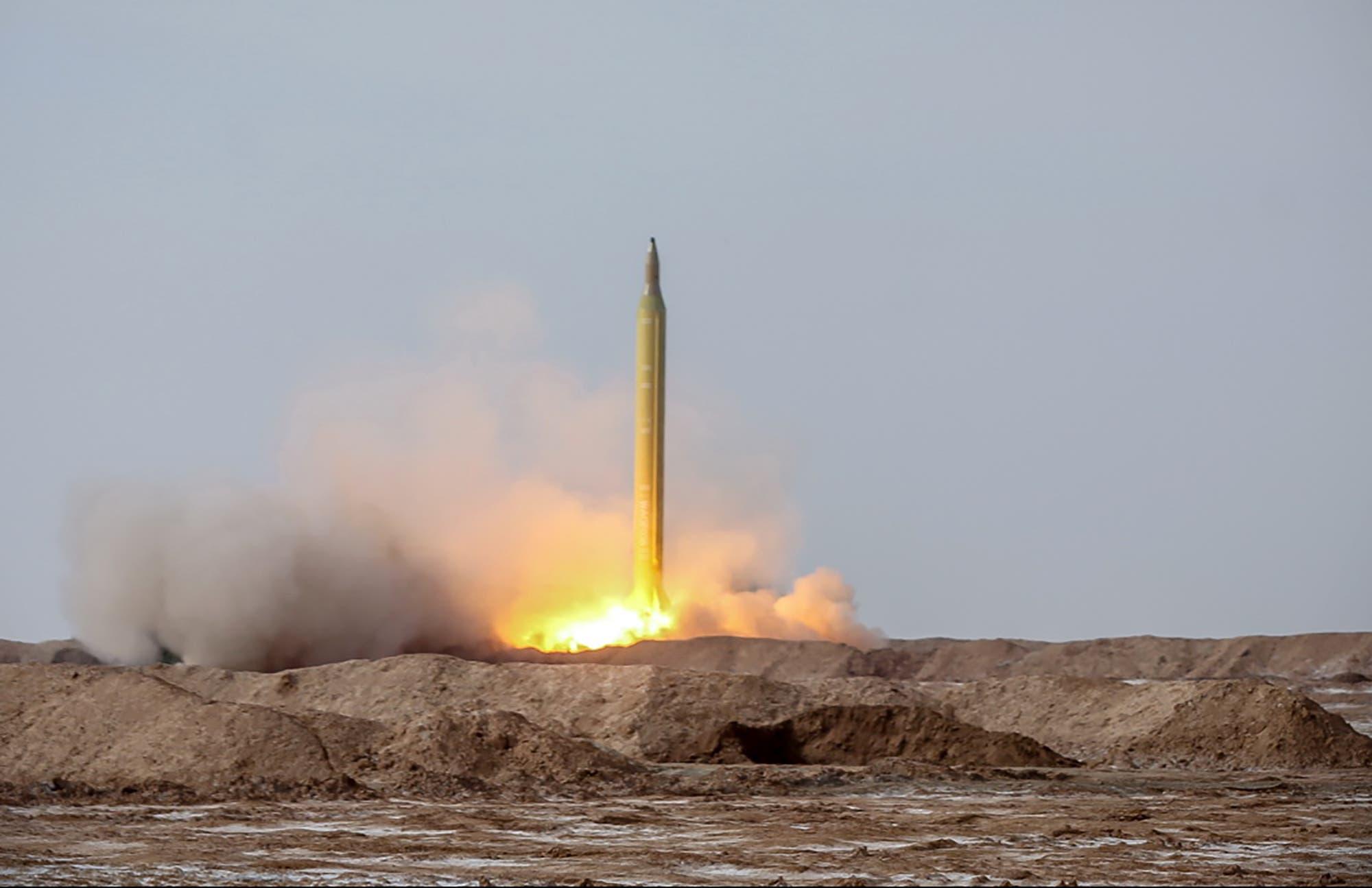 إطلاق صاروخ خلال مناورات عسكرية إيرانية في يناير الماضي (أرشيفية)