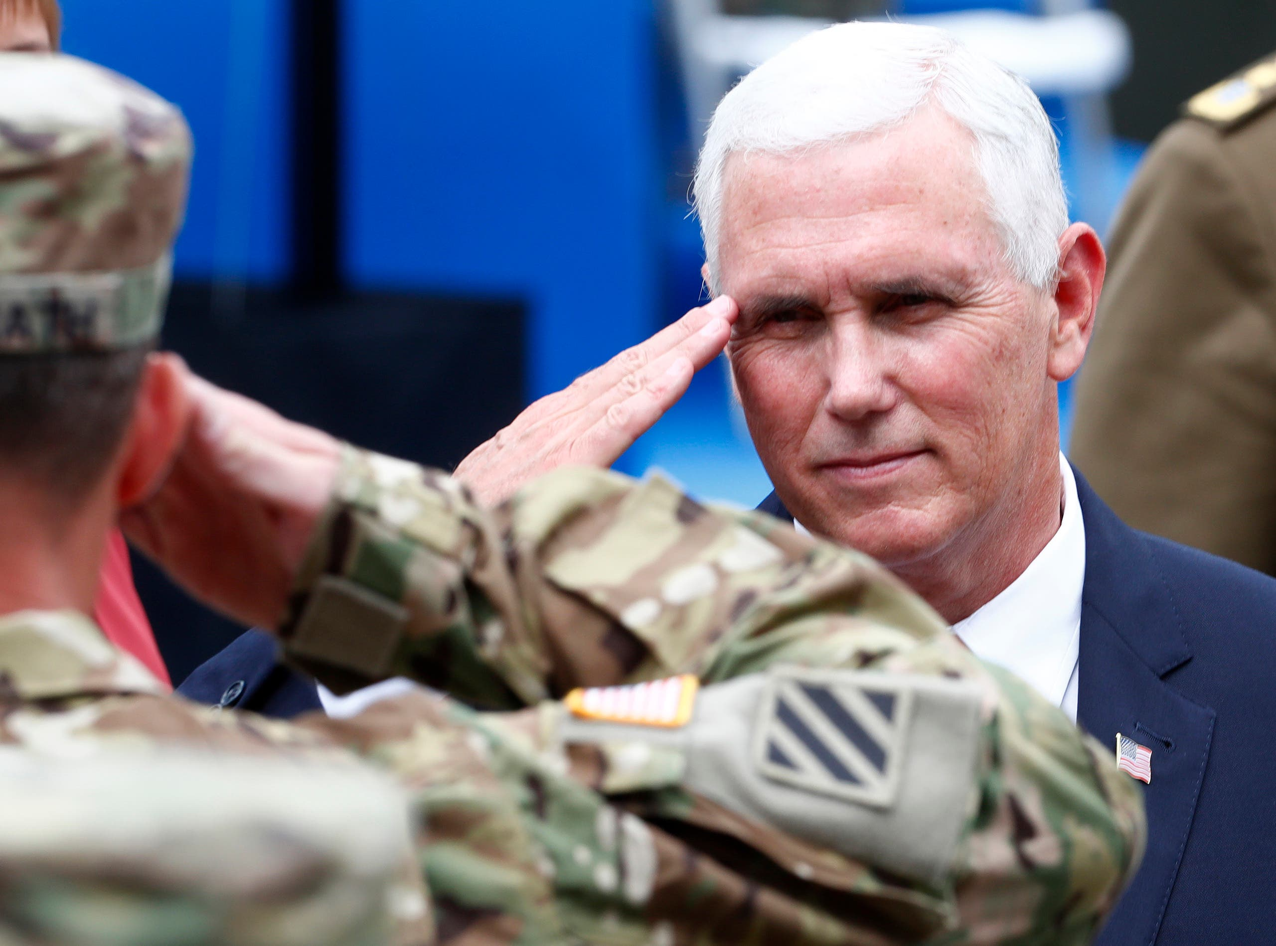 بنس يلقي التحية لجندي أميركي يخدم في الناتو في بولندا في 2017