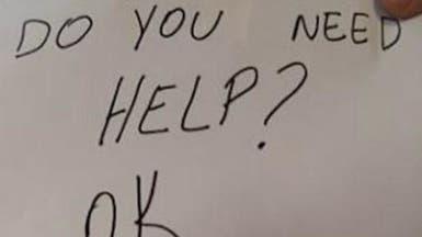 بورقة من 4 كلمات.. نادلة في مطعم تنقذ طفلاً من عائلته