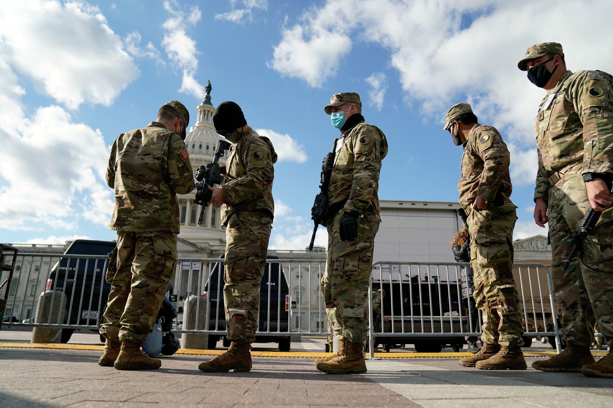 قوات الحرس الوطني أمام مبنى الكابيتول يوم 17 يناير