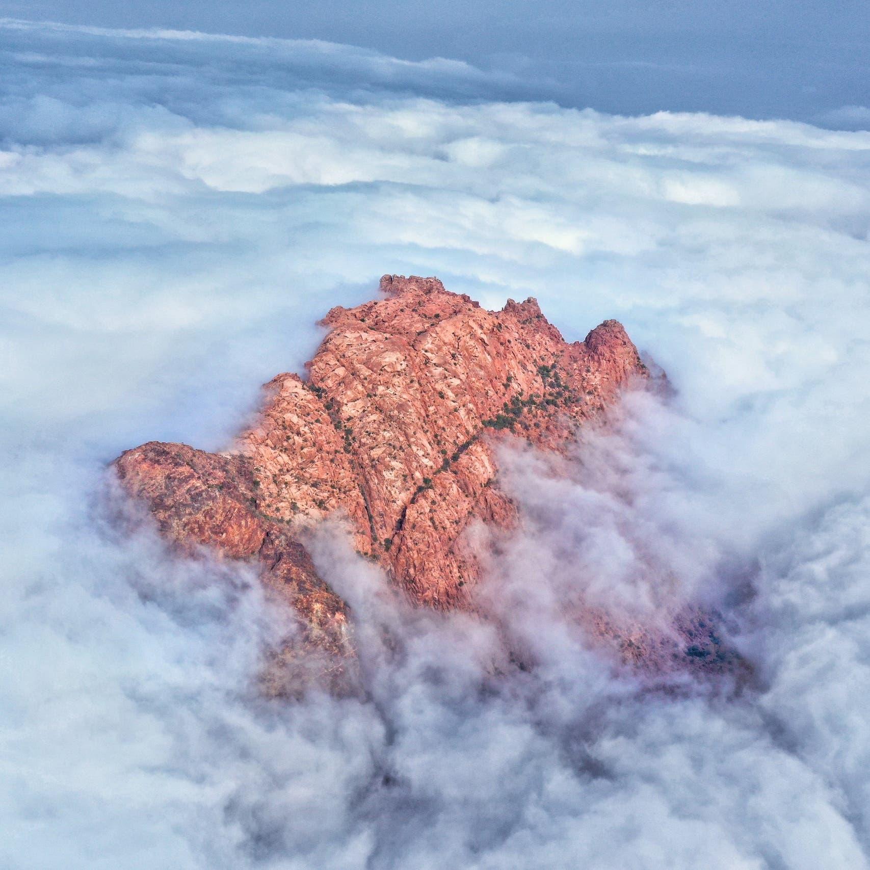 صور ساحرة للسحب بين قمم جبال