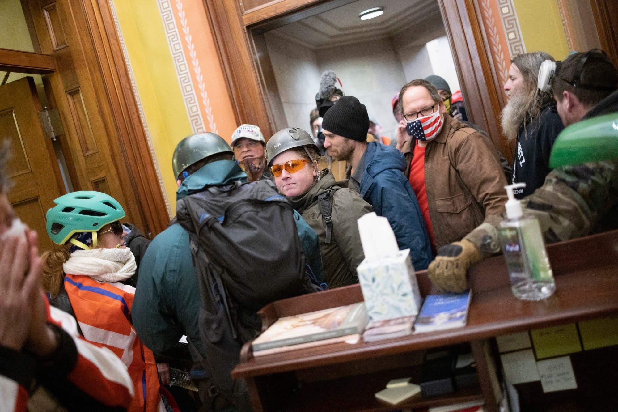 أنصار ترمب بالقرب من مكتب بيلوسي يوم 6 يناير