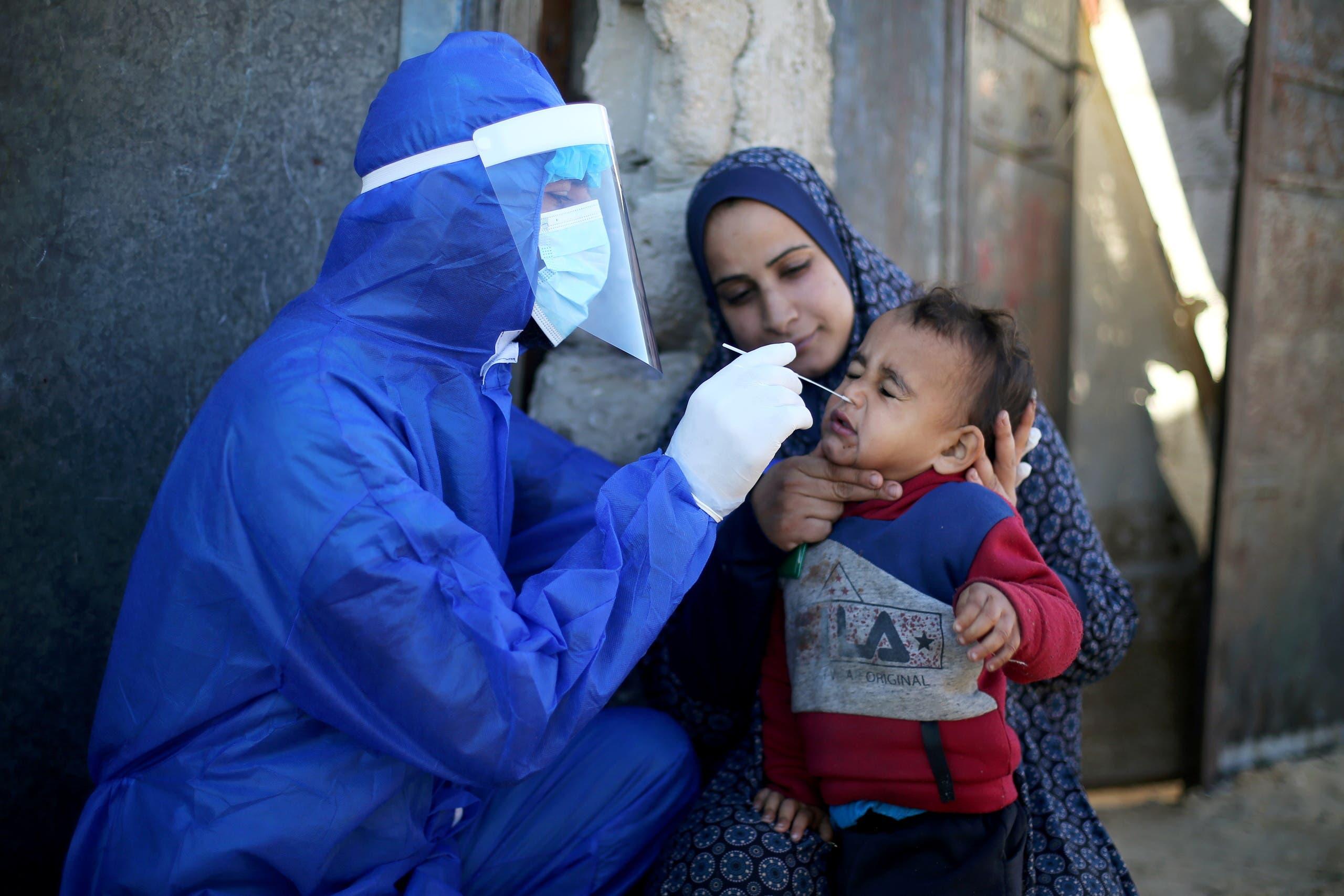طفل في قطاع غزة يخضع لفحص كورونا