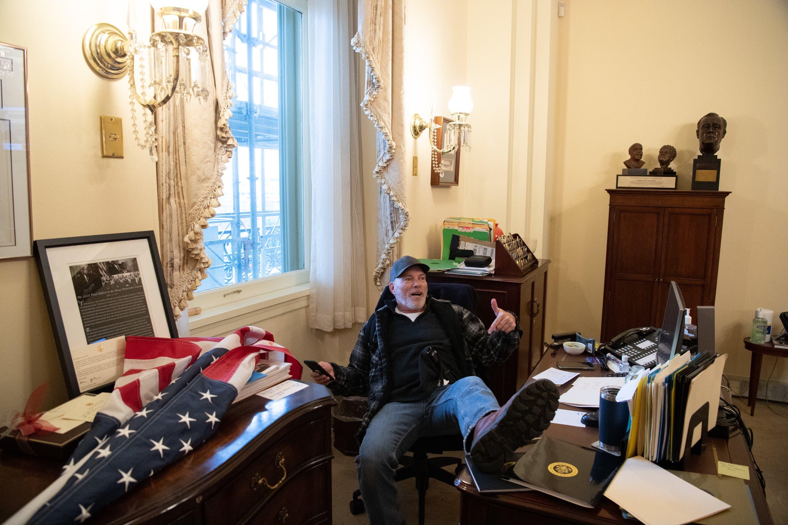 أحد مؤيدي ترمب داخل مكتب بيلوسي يوم 6 يناير