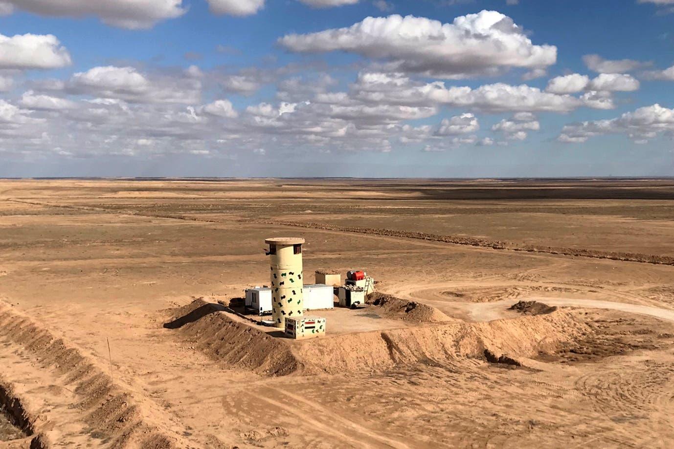 نقطة مراقبة وخنادق من الجانب العراقي من الحدود مع سوريا