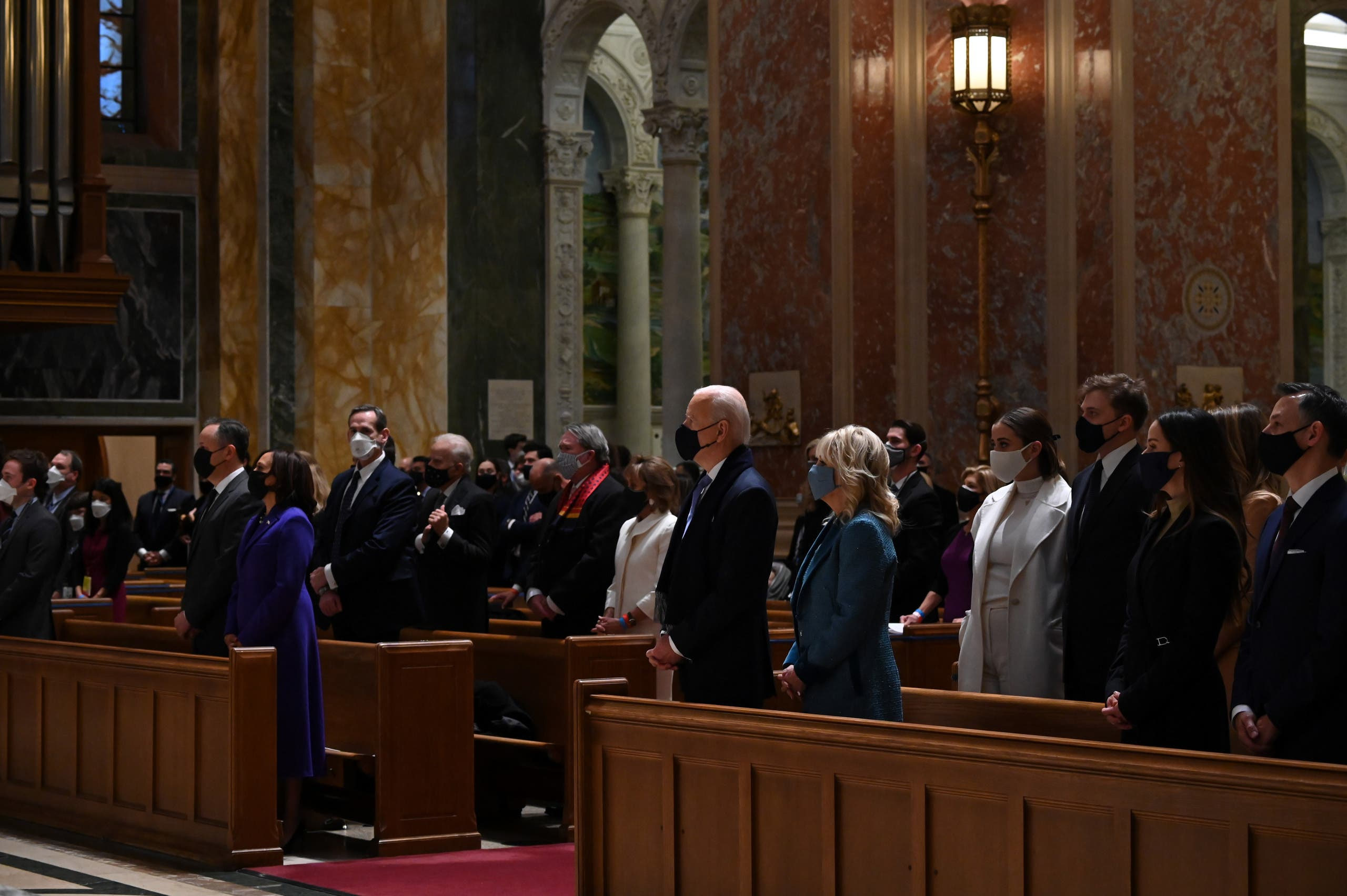 الرئيس جو بايدن وزوجته جيل من داخل كنيسة القديس ماثيو