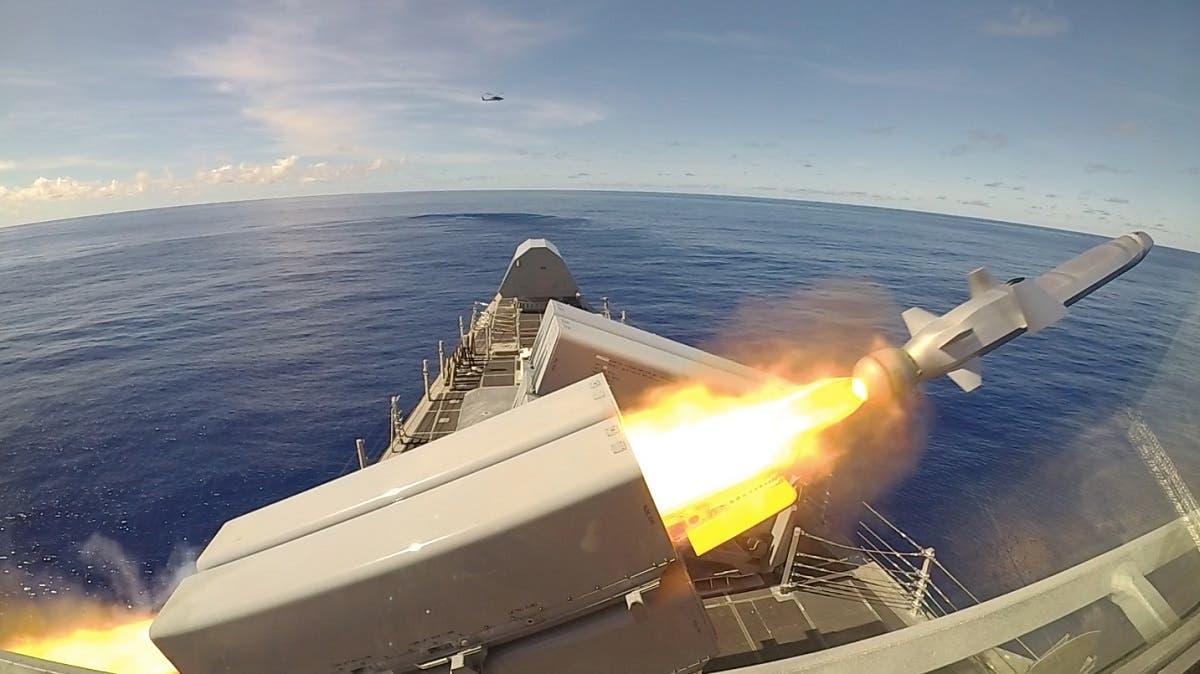 إطلاق صاروخ من طراز naval strike missile خلال تمرين عسكري للجيش الأميركي