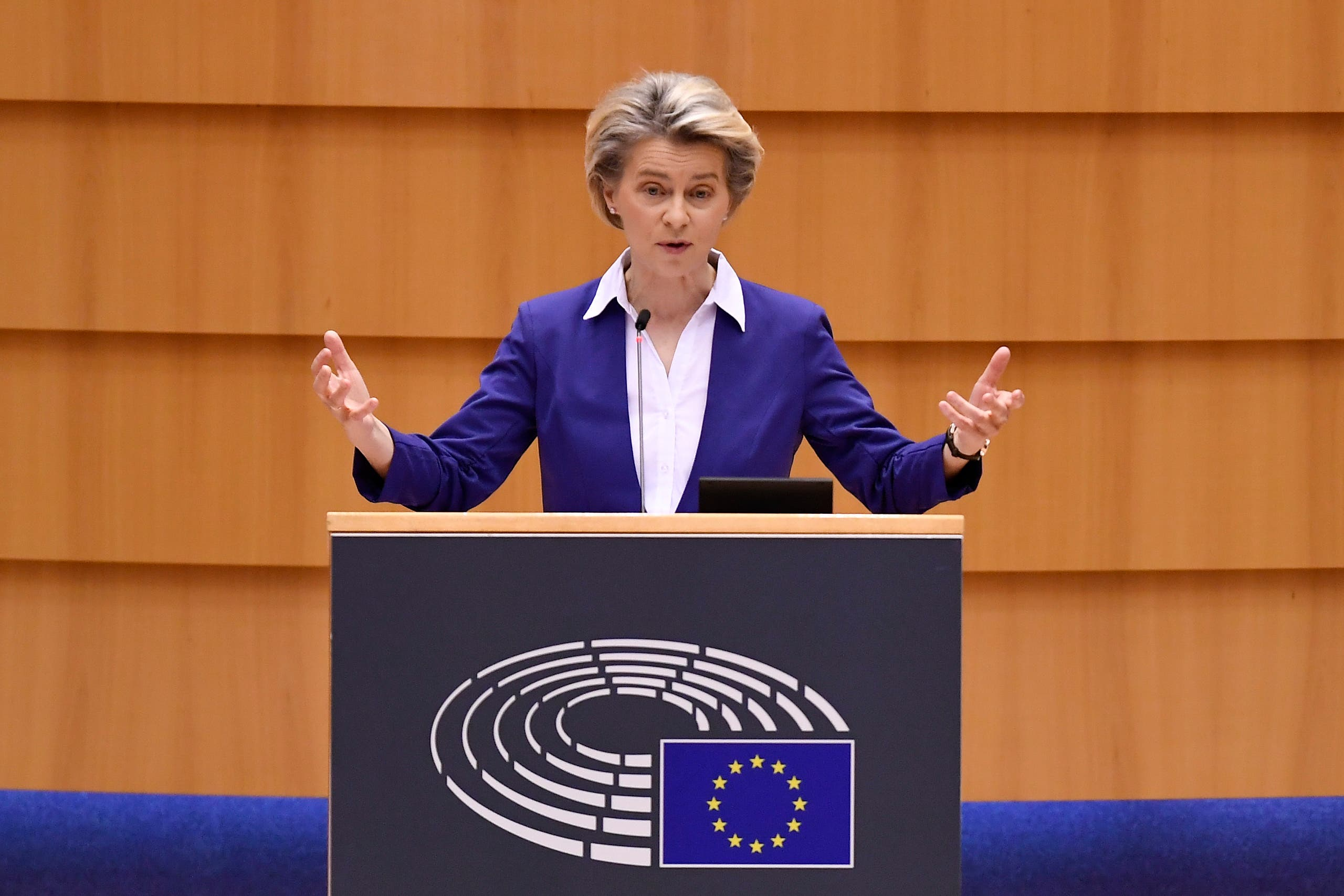 رئیس کمیسیون اروپا اورسولا فون در لاین در یک جلسه پارلمان اروپا صحبت می کند